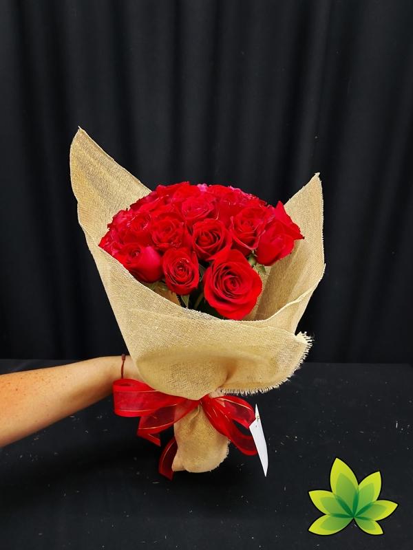 Ramo 24 rosas rojas en yute