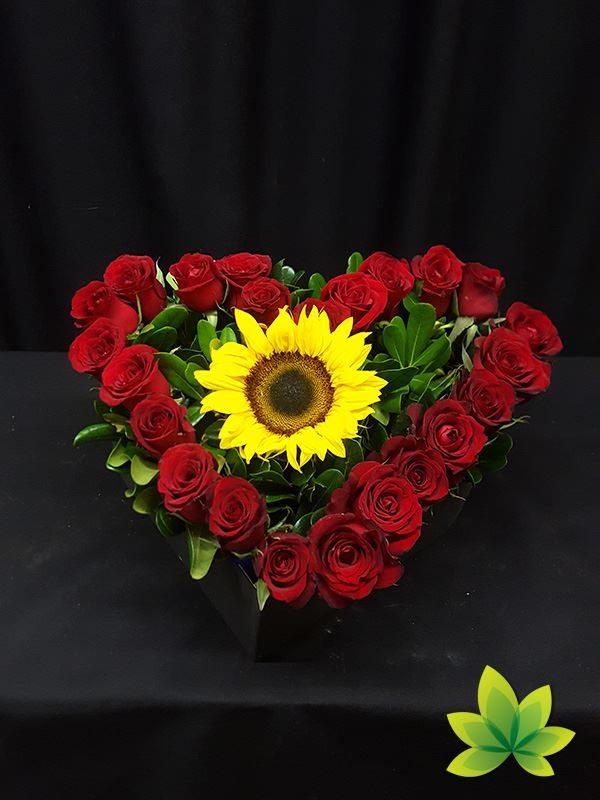 Corazón de girasol y 24 rosas