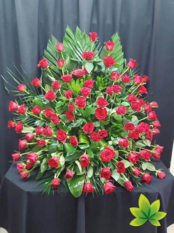 Arreglo de una vista con 84 rosas