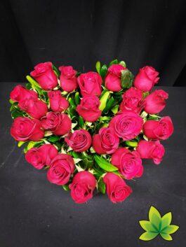 Corazon 24 rosas rojas base de madera