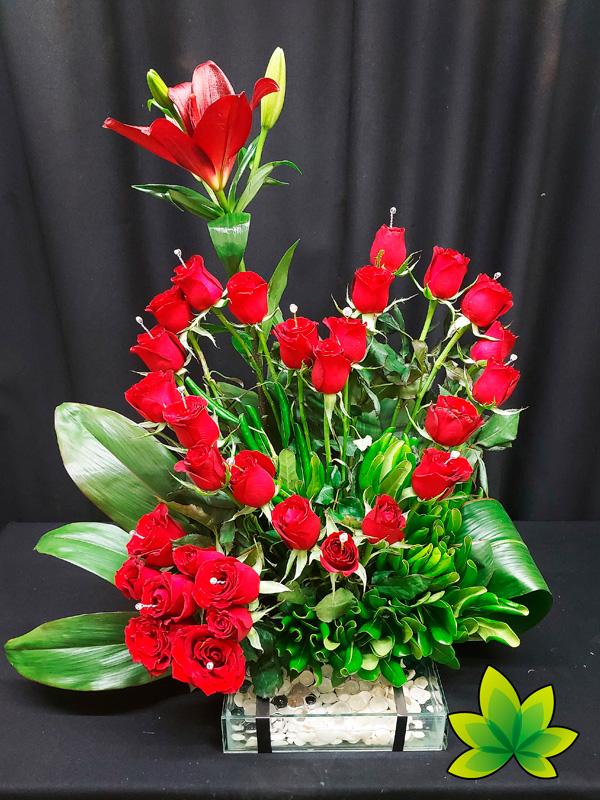 Corazón 30 rosas rojas en base de cristal
